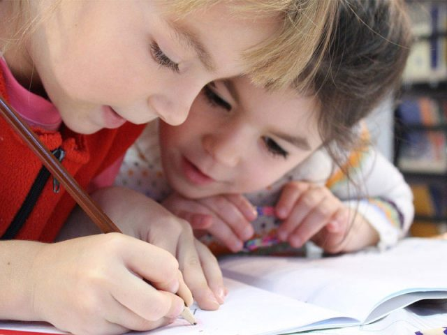 Apprendre la base de l'éducation aux enfants en colonie de vacances